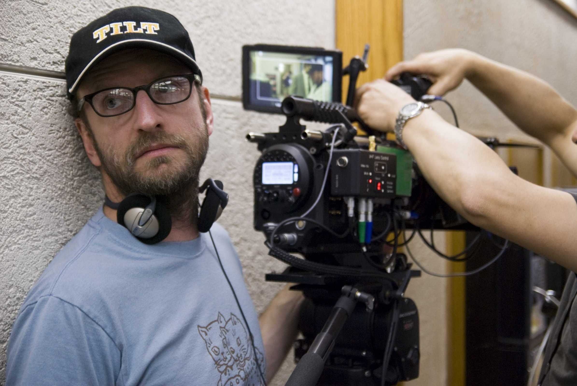 TID-01400 Director STEVEN SODERBERGH sets up his next shot on the set of Warner Bros. PicturesÕ, Participant MediaÕs and Groundswell ProductionsÕ offbeat comedy ÒThe Informant!,Ó a Warner Bros. Pictures release.